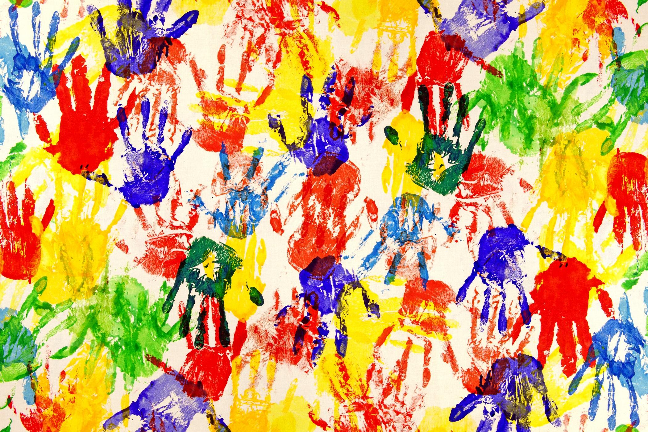 Impression de la main papier peint appliqué sur le mur
