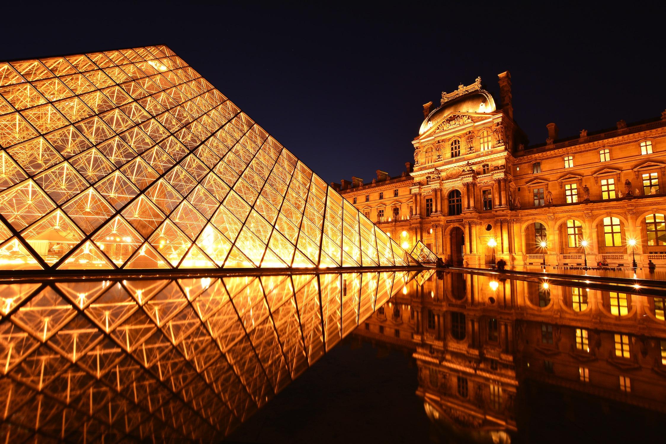 La pyramide du Louvre papiers peints photo 3D