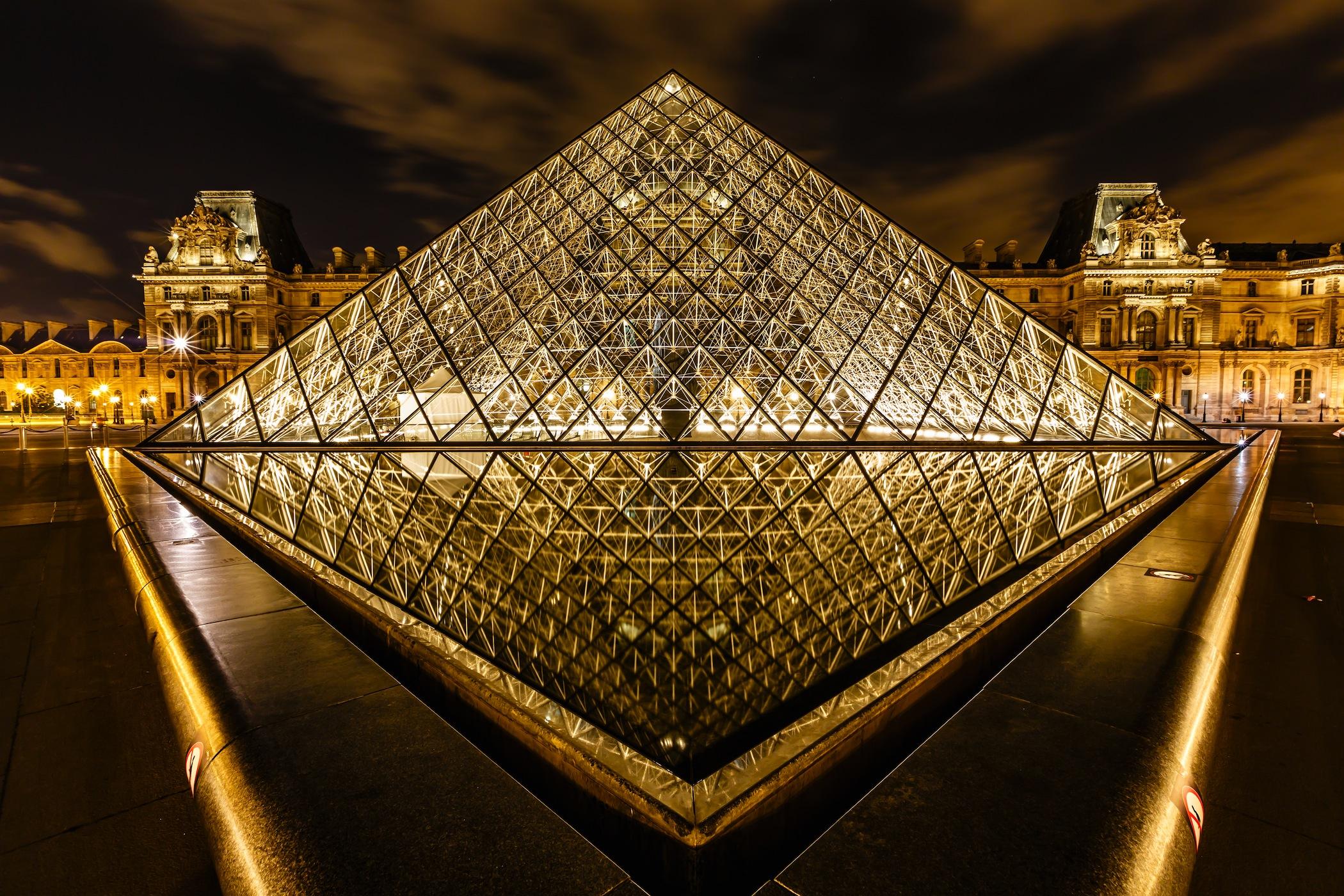 Pyramide du Louvre à Paris tapisserie