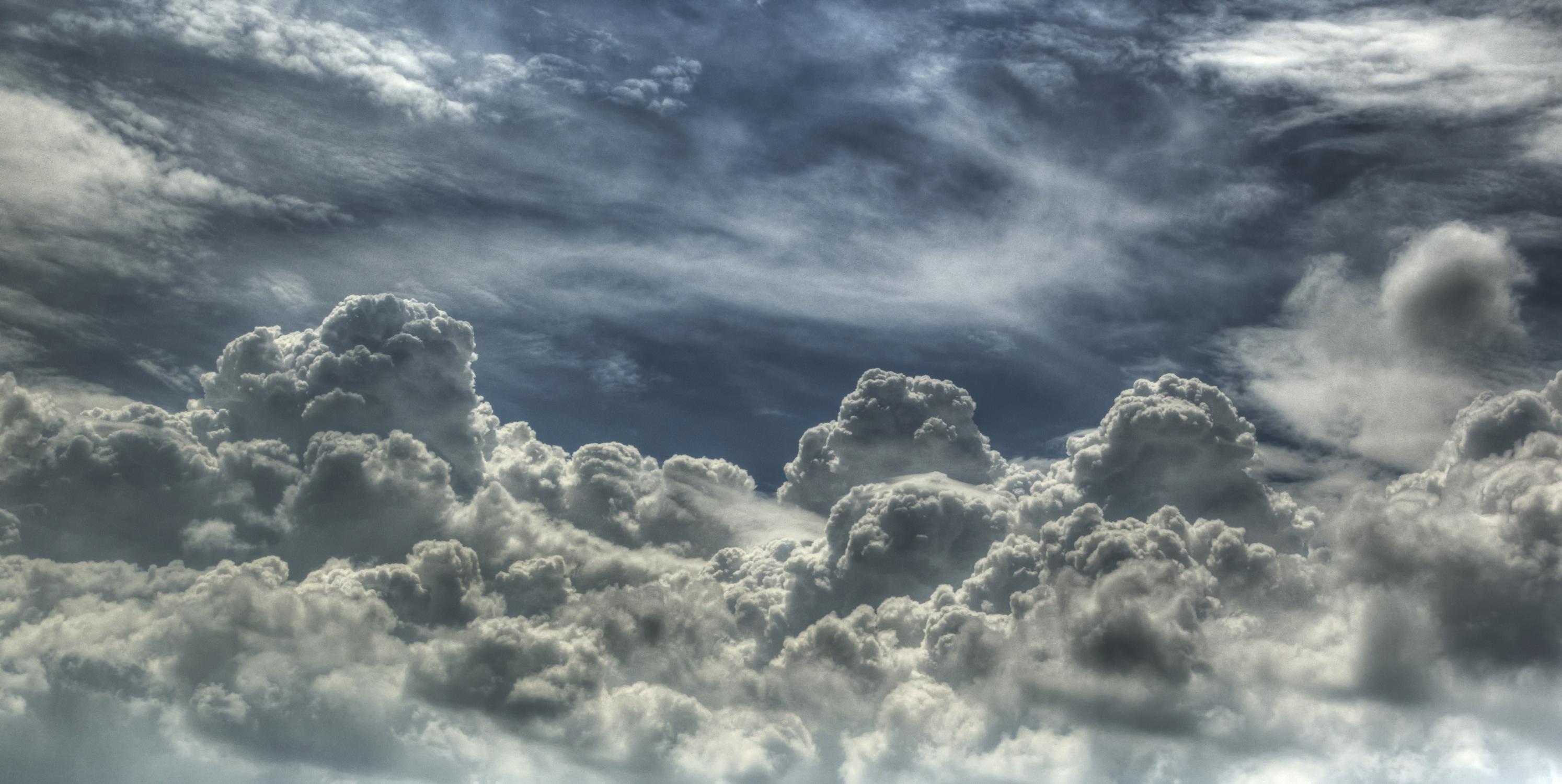 Au dessus des nuages papier peint appliqué sur le mur